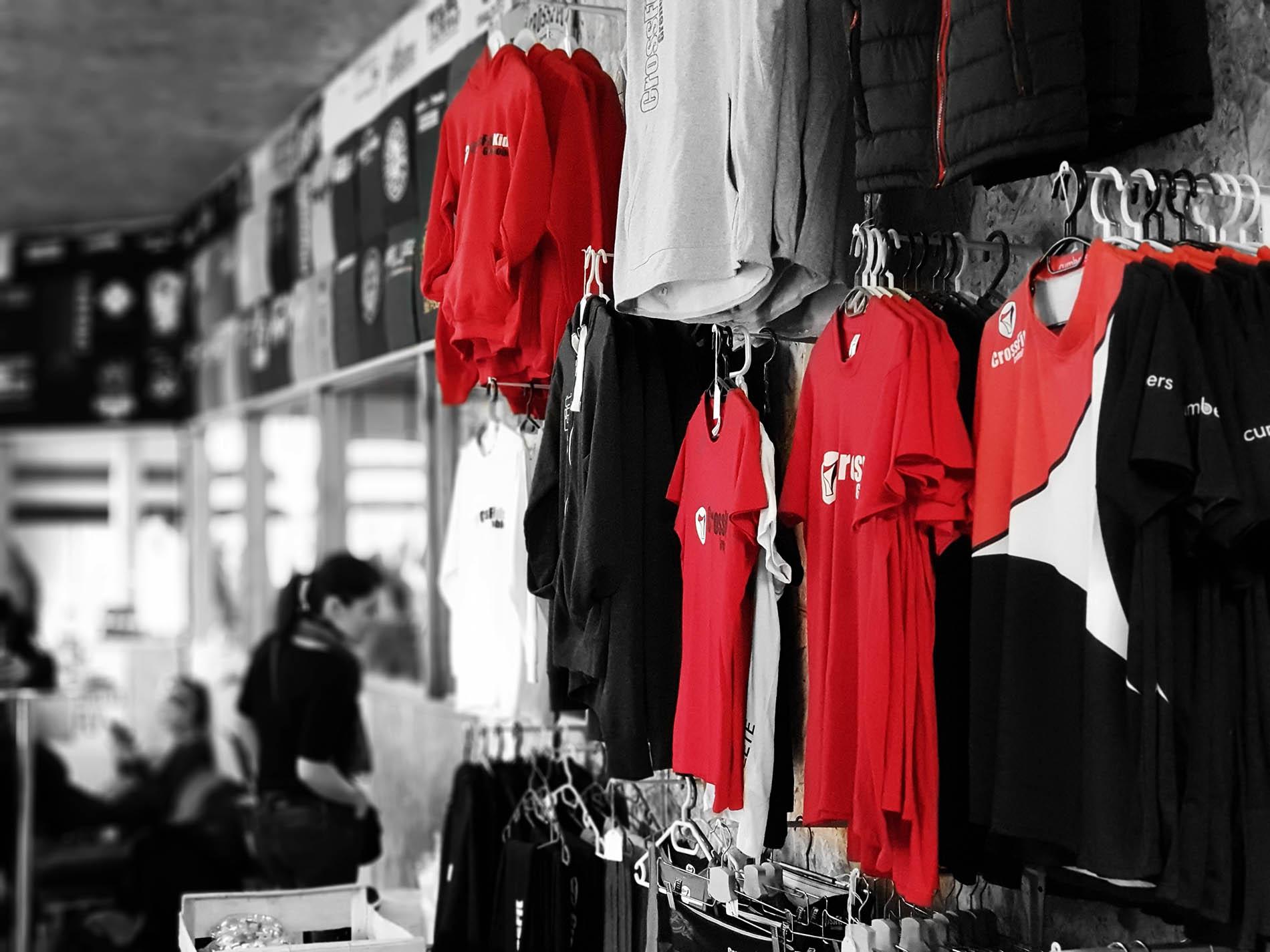 CrossFit Grenoble photographie du présentoir de T-shirt